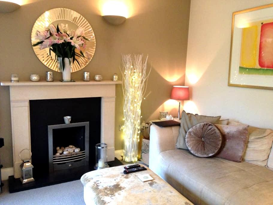 Airy double room in family home in Teddington - Teddington - House