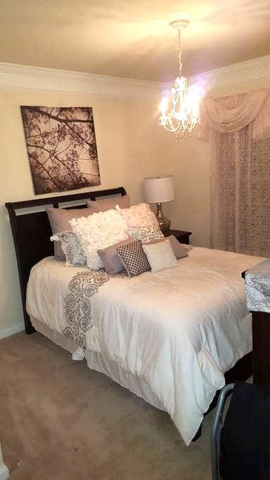 1 Queen bed with private bath - Accokeek - House