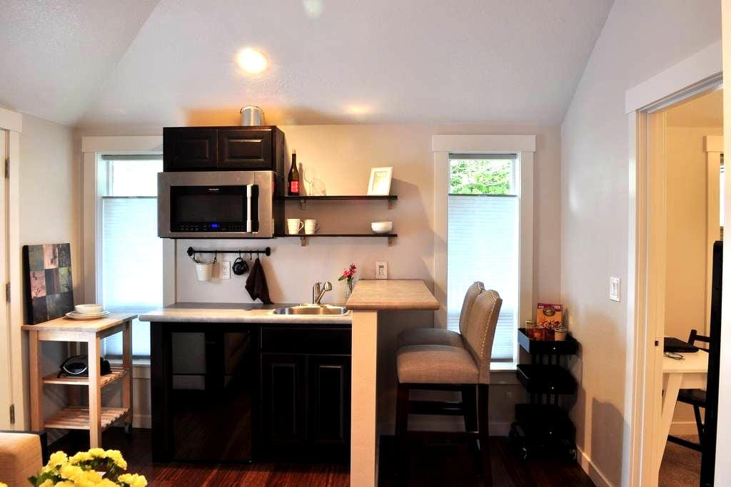Beautifully Remodeled Private Suite - Forest Grove - Gjestehus