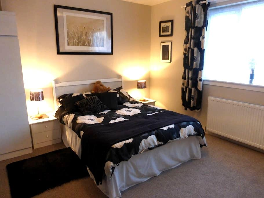 Large Comfortable Double Room in Fife Bungalow - Rosyth - Bangalô