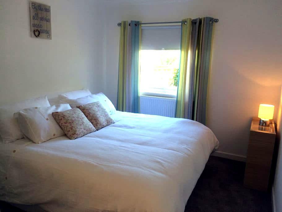 Fresh and bright room, near beach - Troon - Departamento