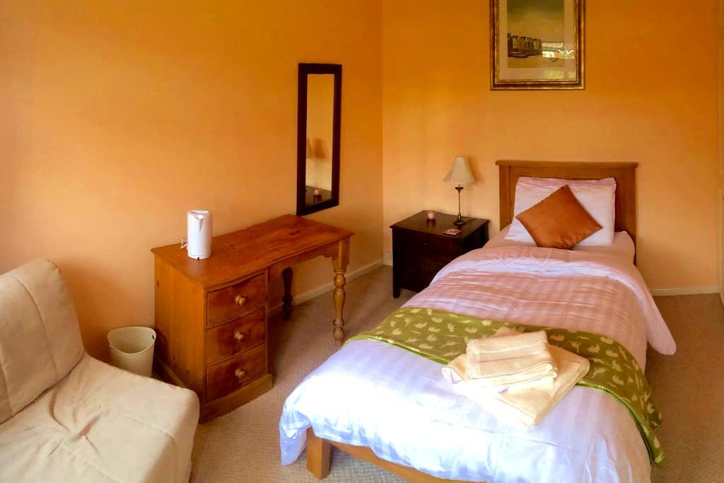 Single cozy retreat near Cambridge (1 of 2 rooms) - Cambridge  - Rumah