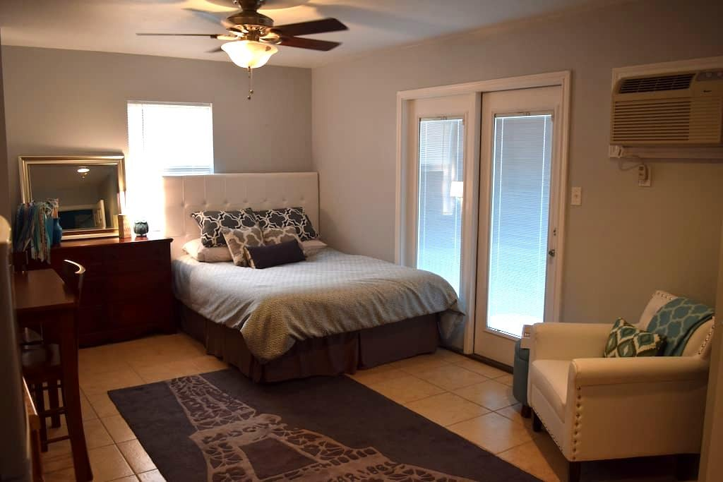 Private & Cute Backyard Apartment – Walk to Square - Georgetown - Apartment