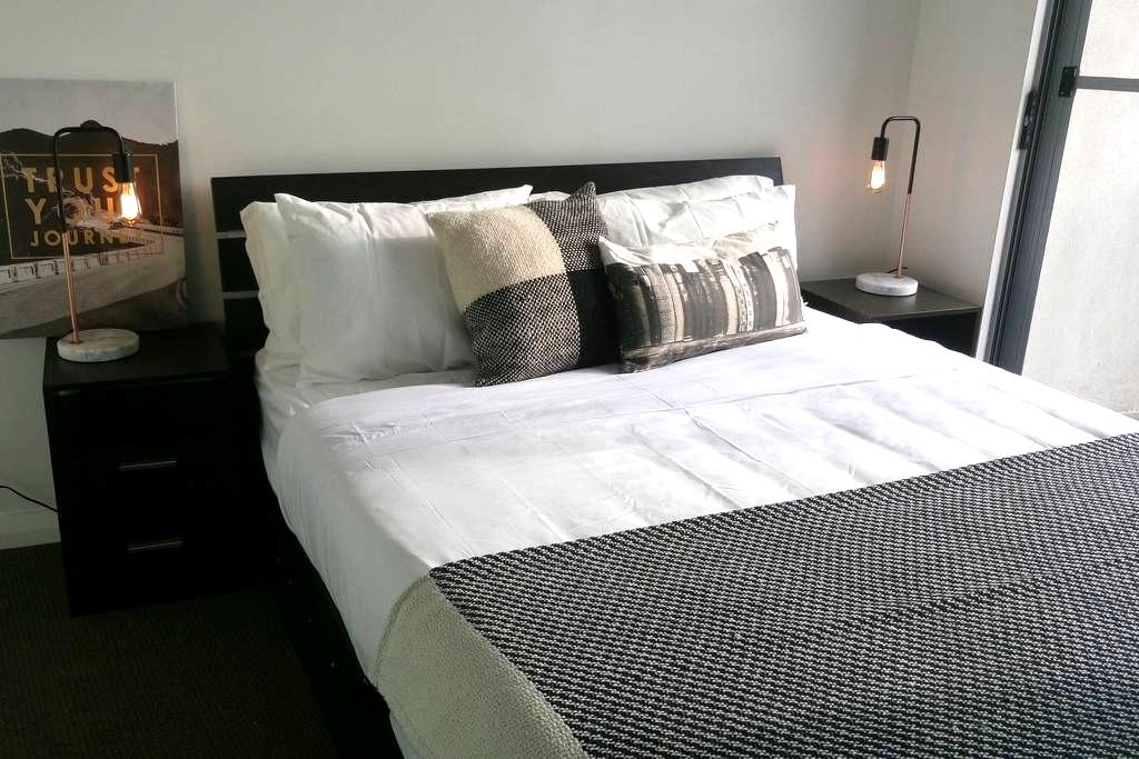 Modern Room with ensuite & balcony - Hurstville - Lägenhet