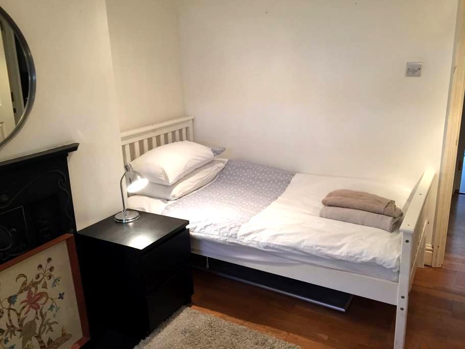 Twin bedded room in heart Cambridge - Cambridge - House