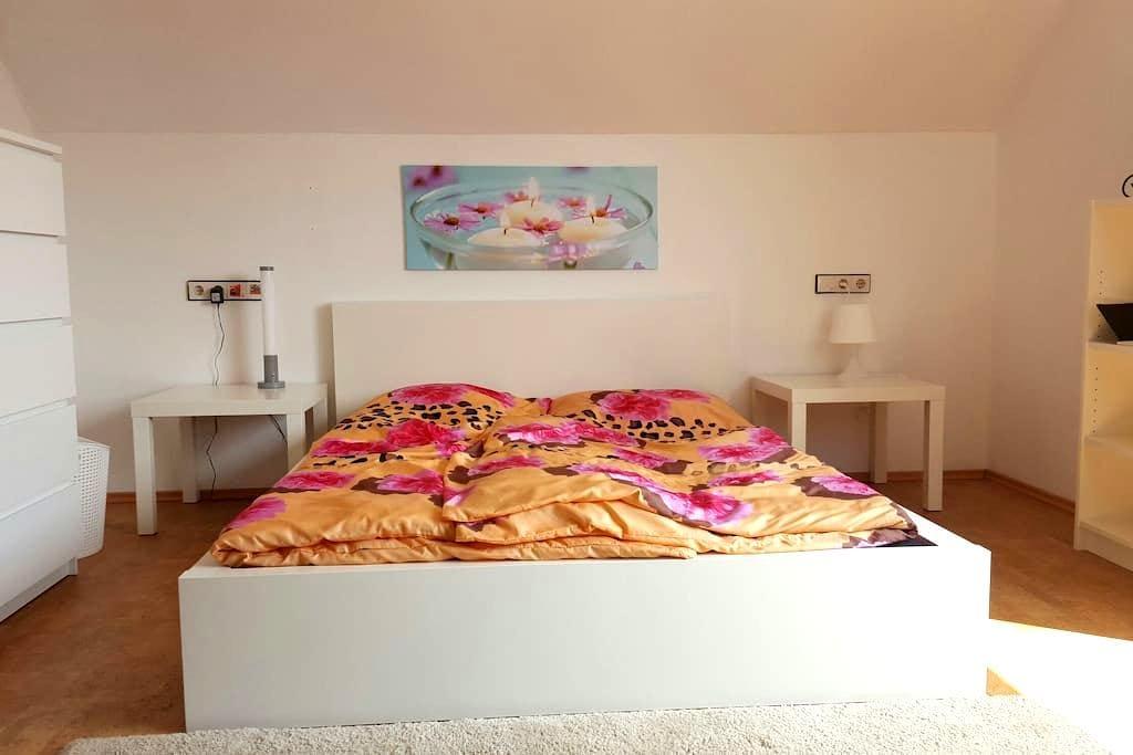 Ruhiges, helles Privatzimmer - Kassel - Huis