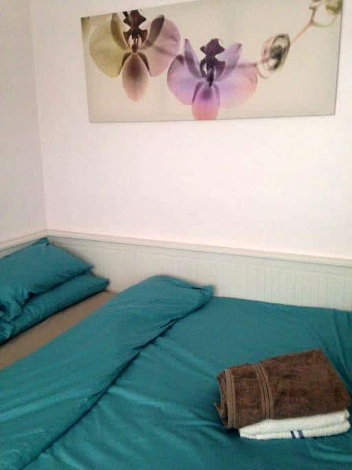 Room in shared house, central line - Woodford - Bungalow