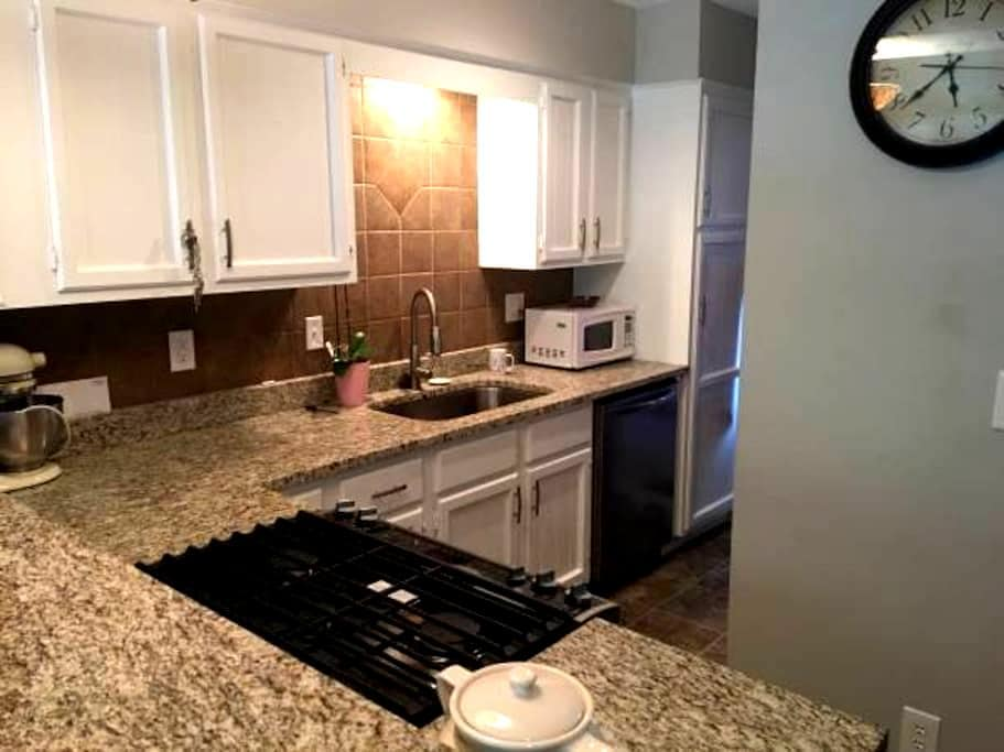 1 Bd - Townhome w/ private bathroom - Lee's Summit