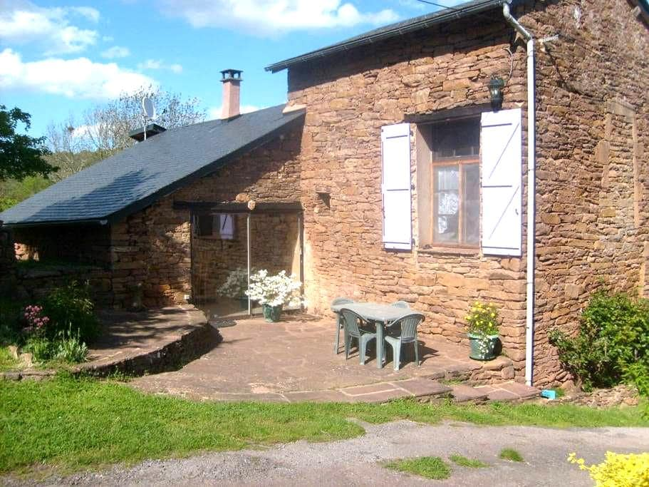 Agréable gîte rural en Aveyron - Laval-Roquecezière - Huis