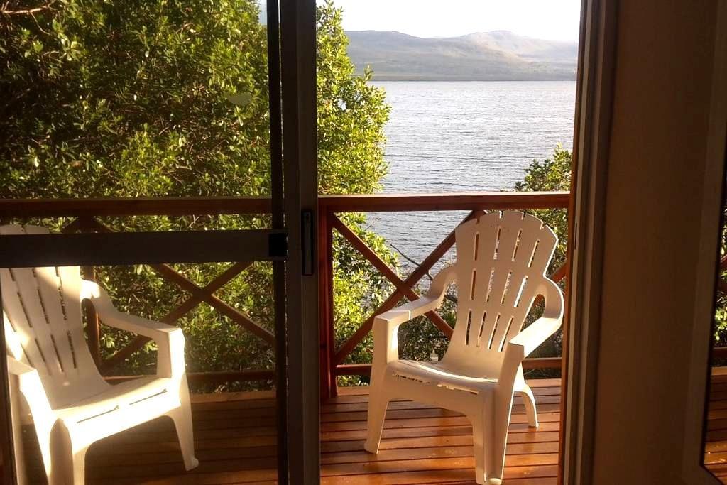 Beautiful log cabin on lagoon - Hermanus