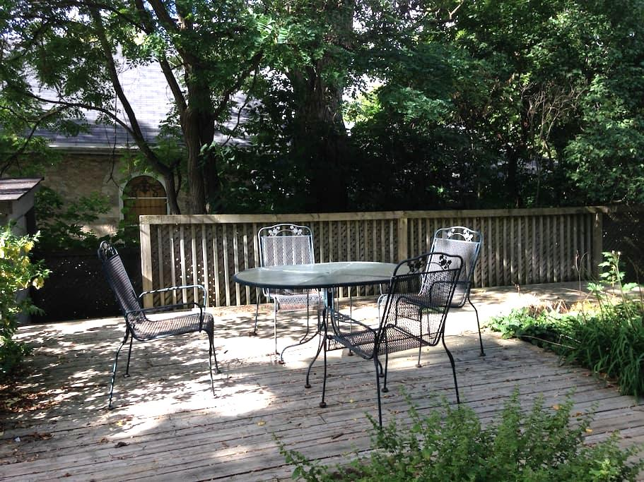 Private apartment with tree shaded garden - Guelph - Departamento