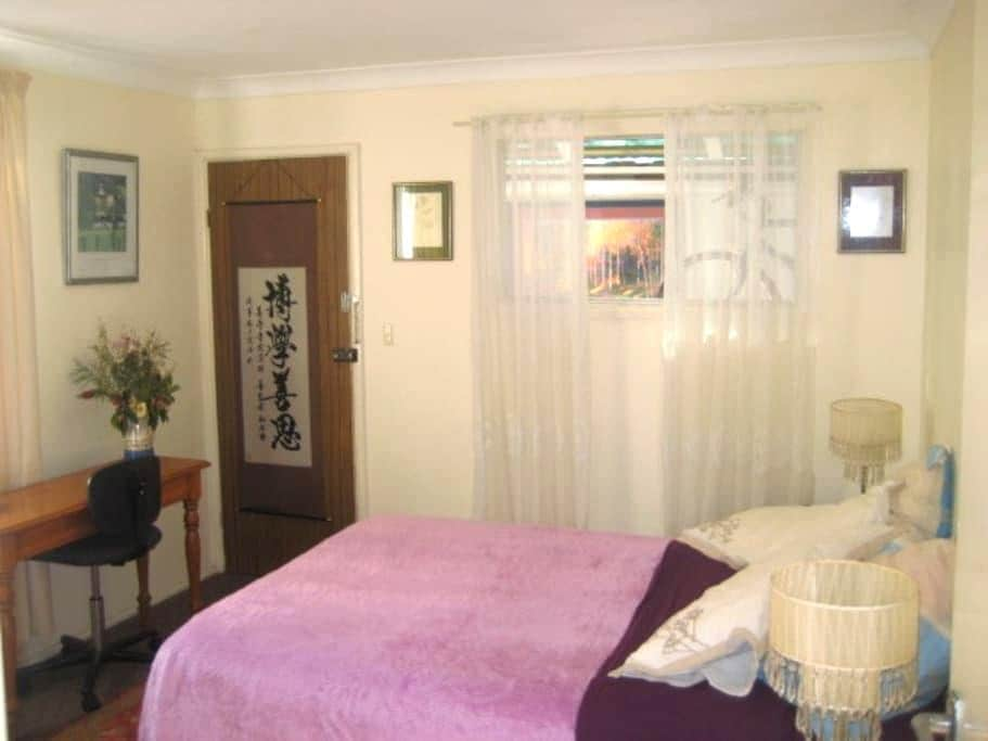Sunny room & comfy bed with breakfast in Hamilton - Hamilton