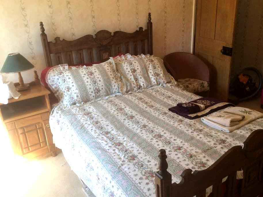 En suite double room in 300yr old cottage. Parking - Hinton Parva - Hus