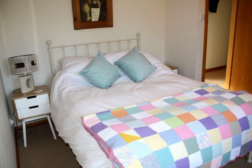 Spacious double ensuite, sunny home - Dunfermline - Дом