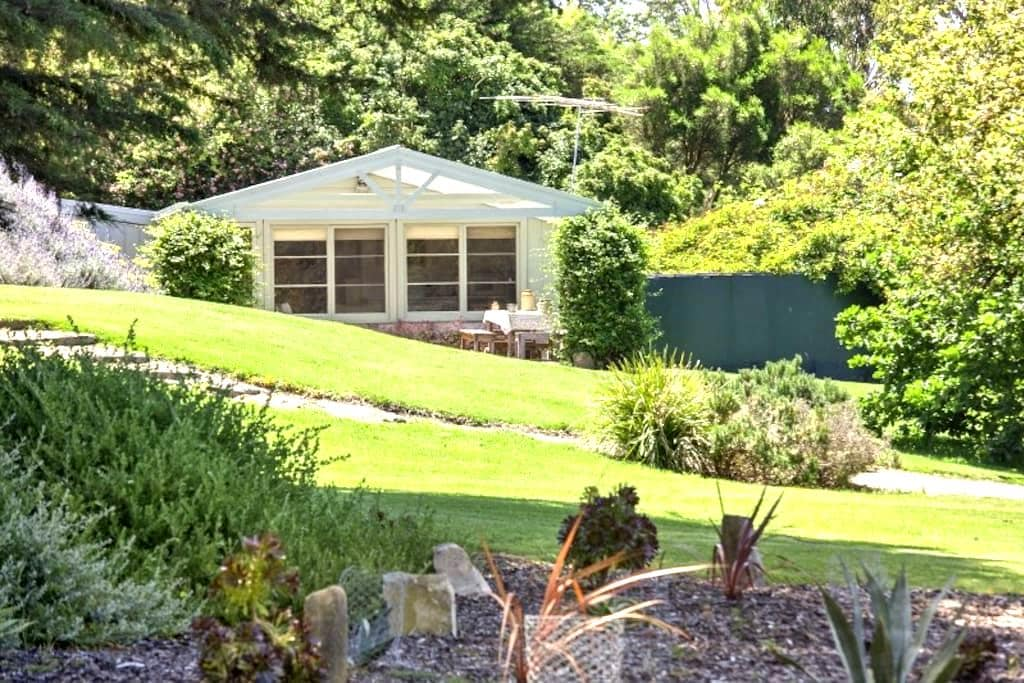 Proserpine Cottage — Farm Stay B&B - Waurn Ponds - Bed & Breakfast