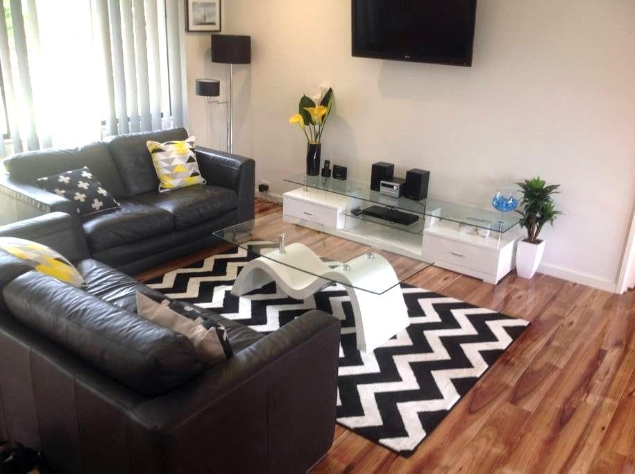 Pet Friendly Renovated 3BR T/House - Hawker - Huis