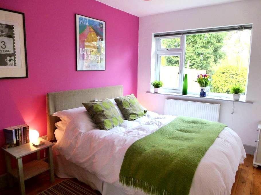 Lovely room in modern village house - Great Bedwyn - Casa