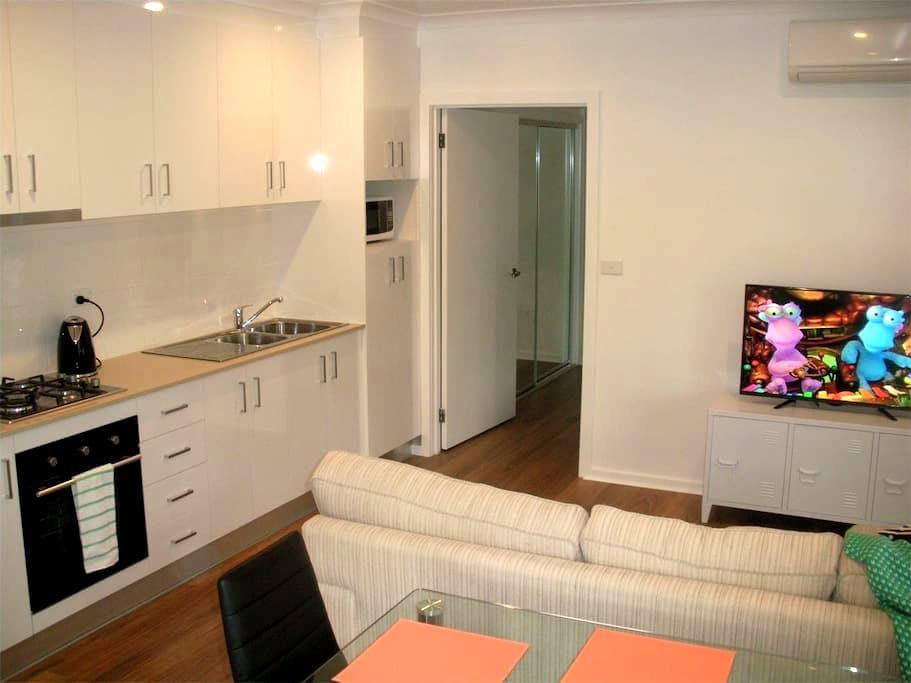 Newly built 2BR detached flat in quiet location - Evatt - Huis