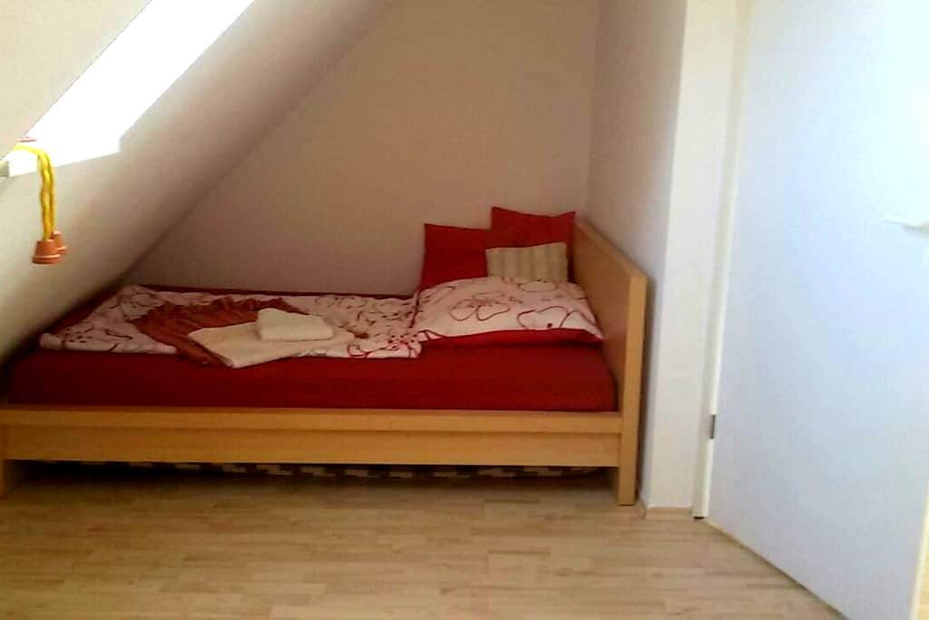 Gemütliches Zimmer unter dem Dach - Hoppegarten - Hus