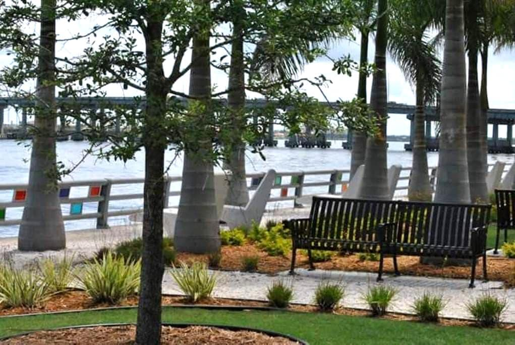 Downtown, Riverwalk, Large Private K.S. Bed/Bath - Bradenton - Apartment