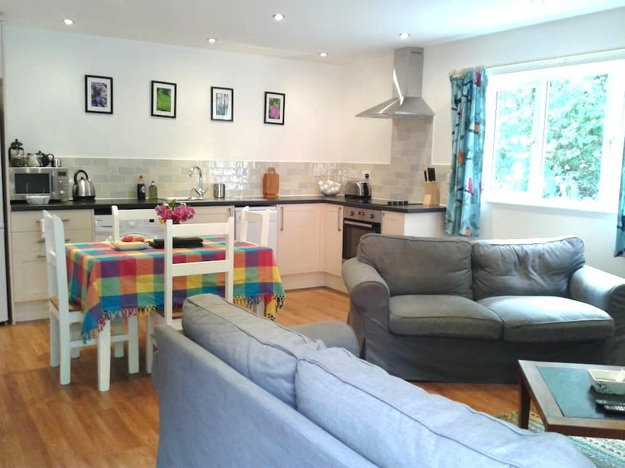 Contemporary cottage, woodland view - Petworth - Huis