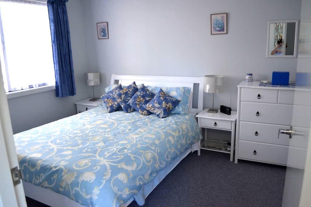 Self contained 1 Bed Bungalow in quiet cul-de-sac. - Wanneroo - Bangalô