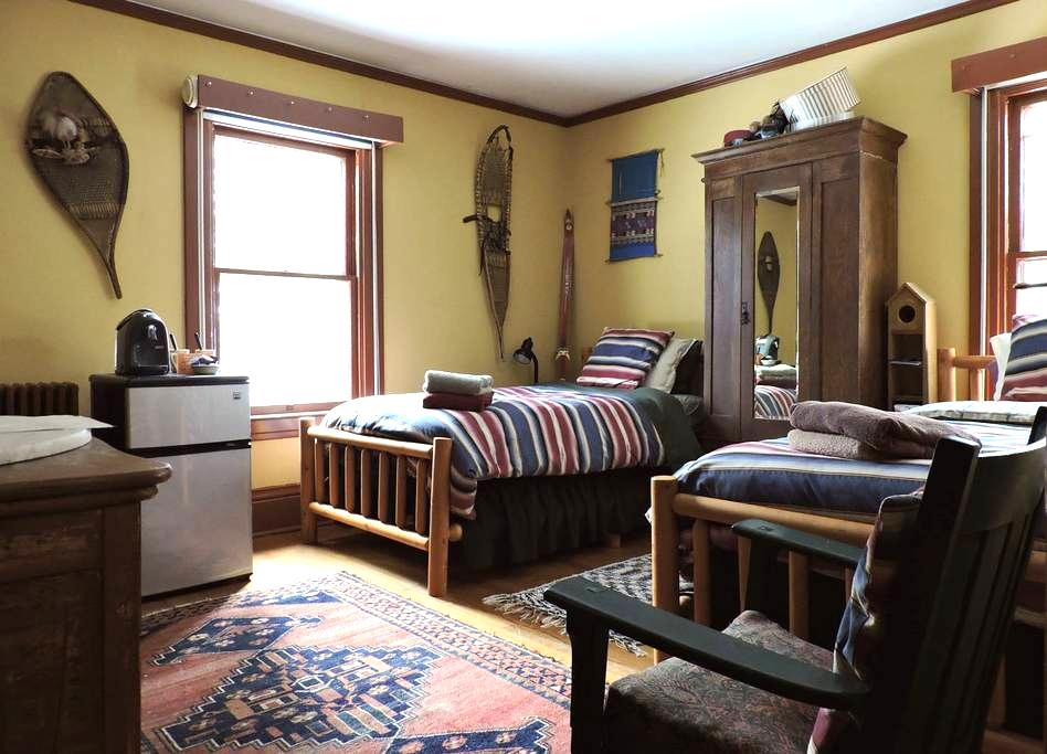 The Doctor's Inn - The Yellow Room - Saranac Lake - Appartement