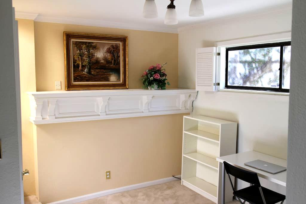 Room with private entrance and bath - Belmont - Hus