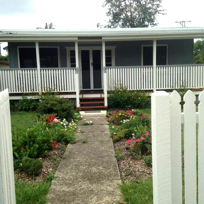"""""""Iris Cottage"""" of Caboolture North. - Caboolture - Huis"""