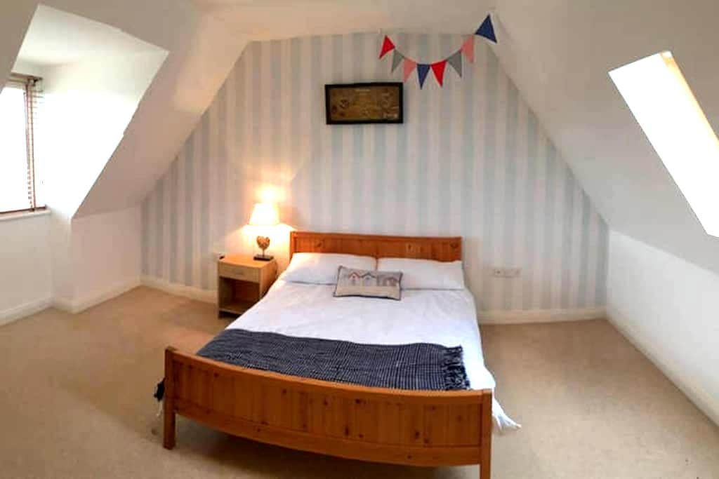 Large Double Room in Working Couples Home (1 of 2) - Weymouth - Hus