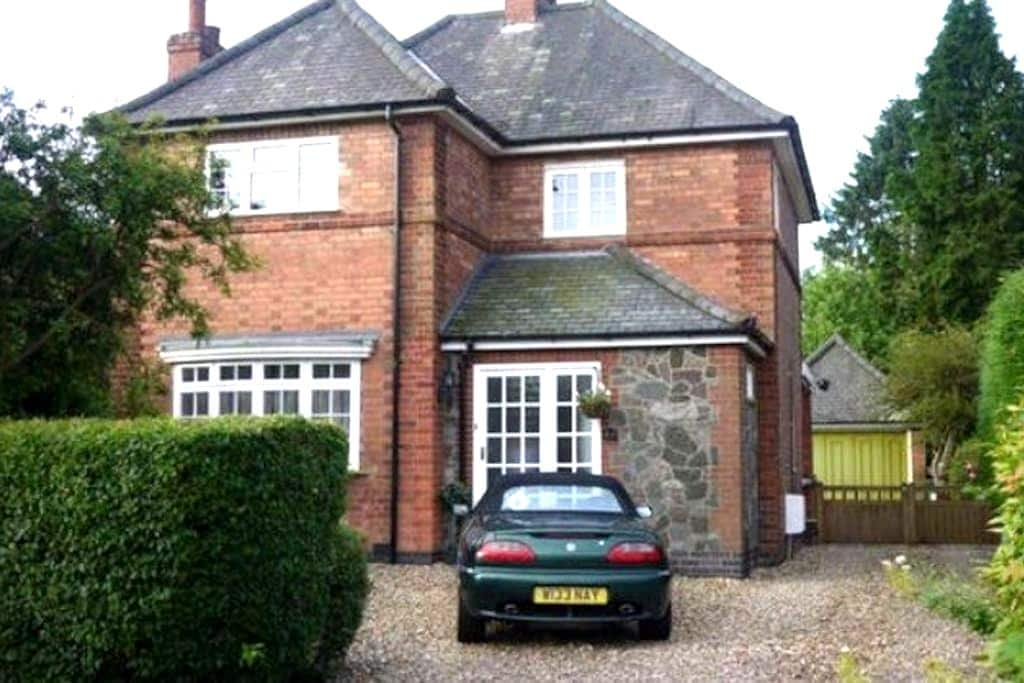 Single Room in Quiet Detached House - Glenfield - Casa