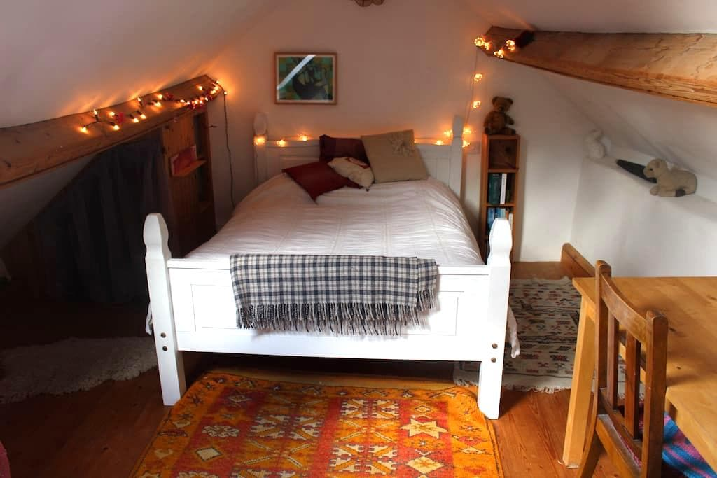 Cosy attic room in countryside cottage - Stroud - Hus