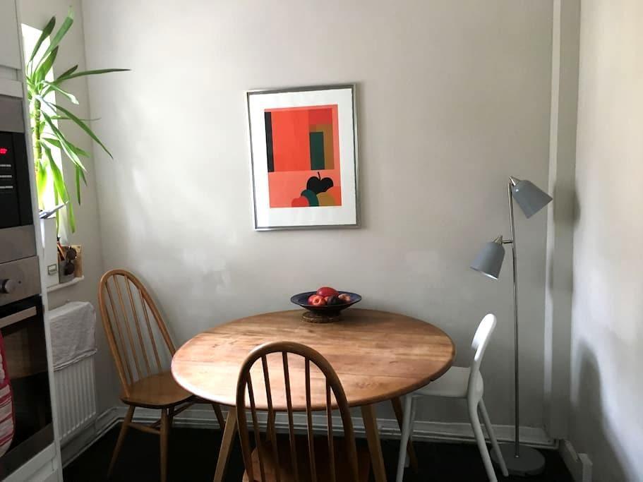 Pretty Double Room in Cosy, Boho Portobello Flat - London - Lägenhet