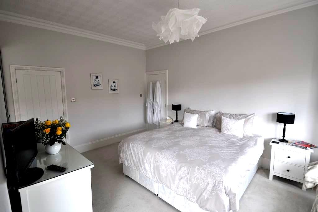 Spacious superking or twin room in Edwardian house - Lytham Saint Annes - Casa