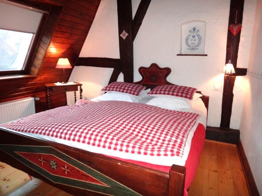 Charmante Chambre du Grenier à Kientzheim - Kientzheim - 家庭式旅館