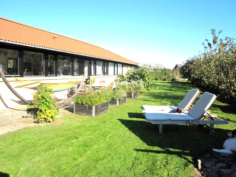 Villa + skøn have tæt på by og vand - Bogense - Casa