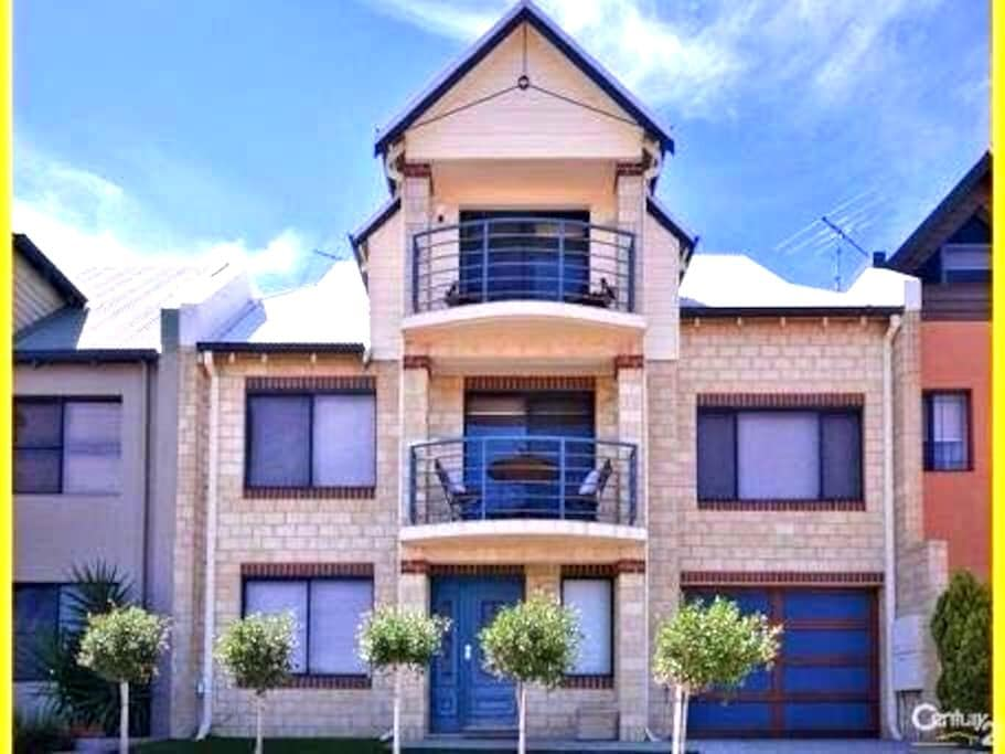 3 Story Penthouse with Ocean Views - Mindarie