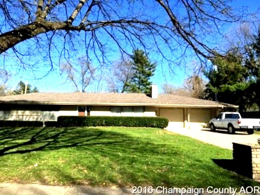 Lovely ranch home close to U of I. - Champaign - Dům