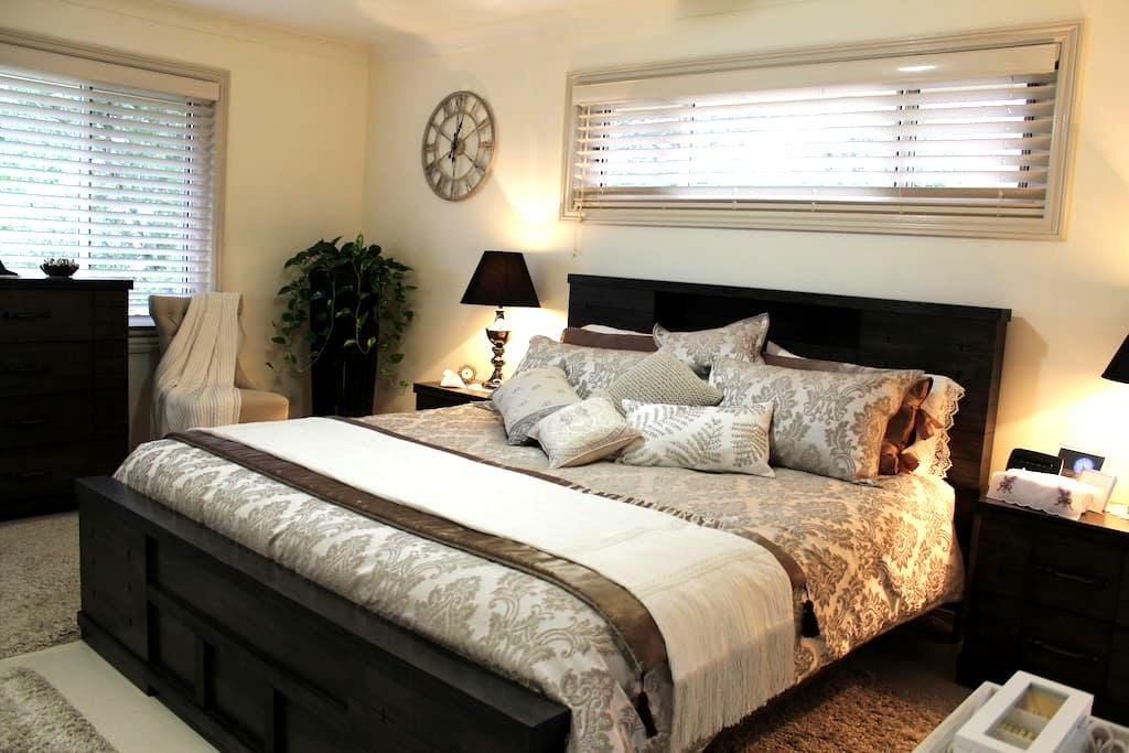 Welcome to our 'Regal' room - Cooranbong - Bed & Breakfast