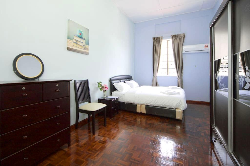 Beach/Airport/Cafe Experiences house - King Bed - Kota Kinabalu - Bed & Breakfast