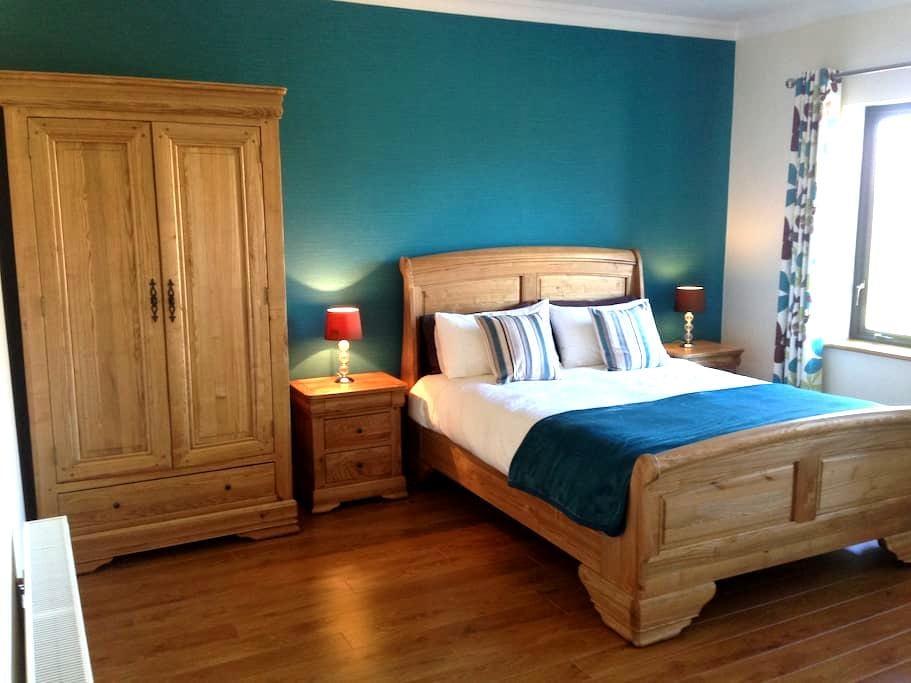 Railway View Bed & Breakfast- Deluxe King - Galway - Bed & Breakfast