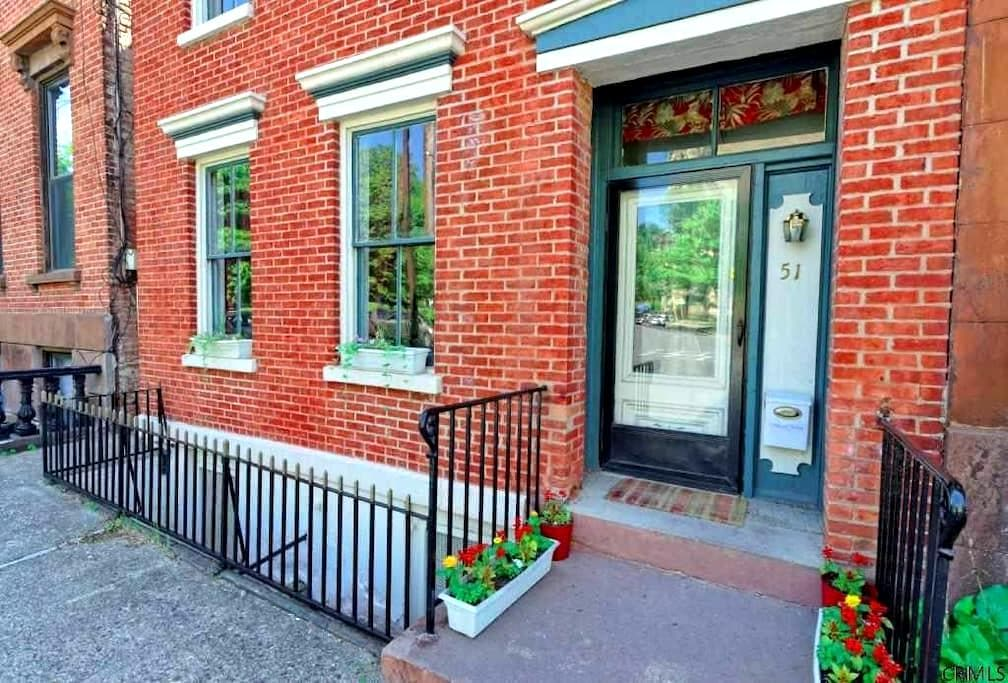 Nice size bedroom with  WIFI in a Historic Brick - Albany - Hus