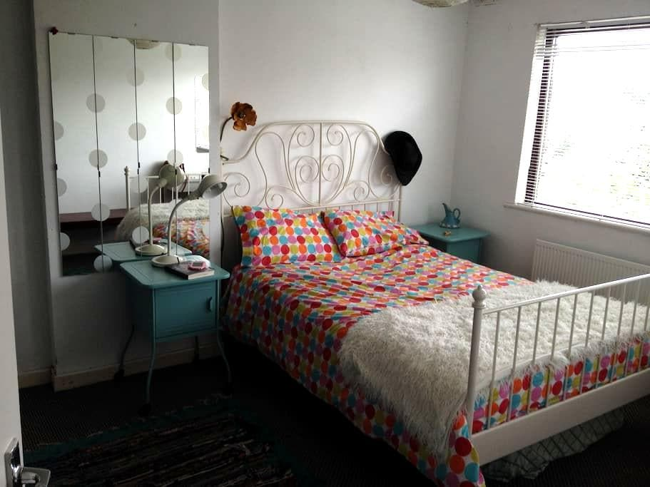 Bright double room in quirky house beside Main St - Newbridge - Haus