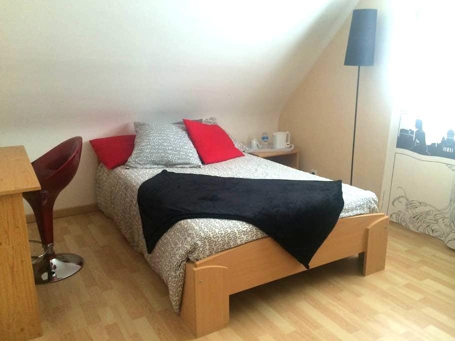 Chambre moderne, maison de bourg. - Plélan-le-Petit - Casa