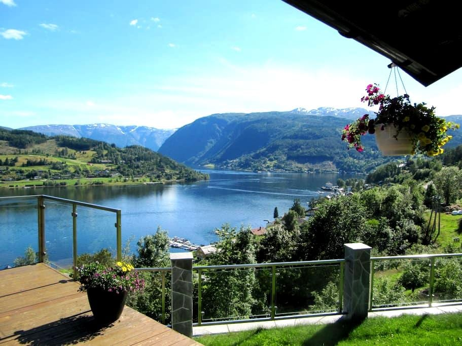 A rare spot in Norway with fjord view supreme - Ulvik - Дом