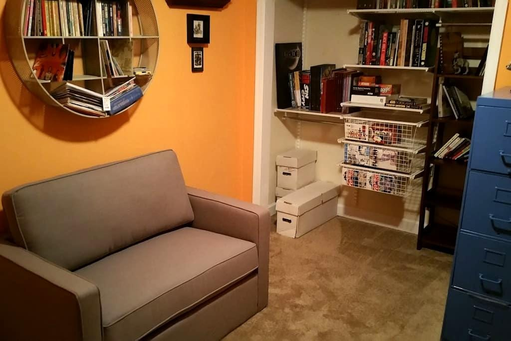 A library/guest bedroom in a welcoming home - Arlington - House