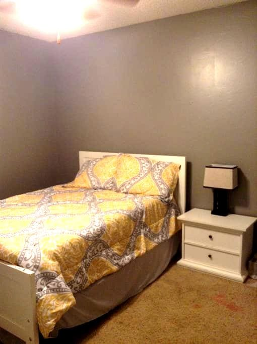 Private room near business district - Fayetteville - Appartement