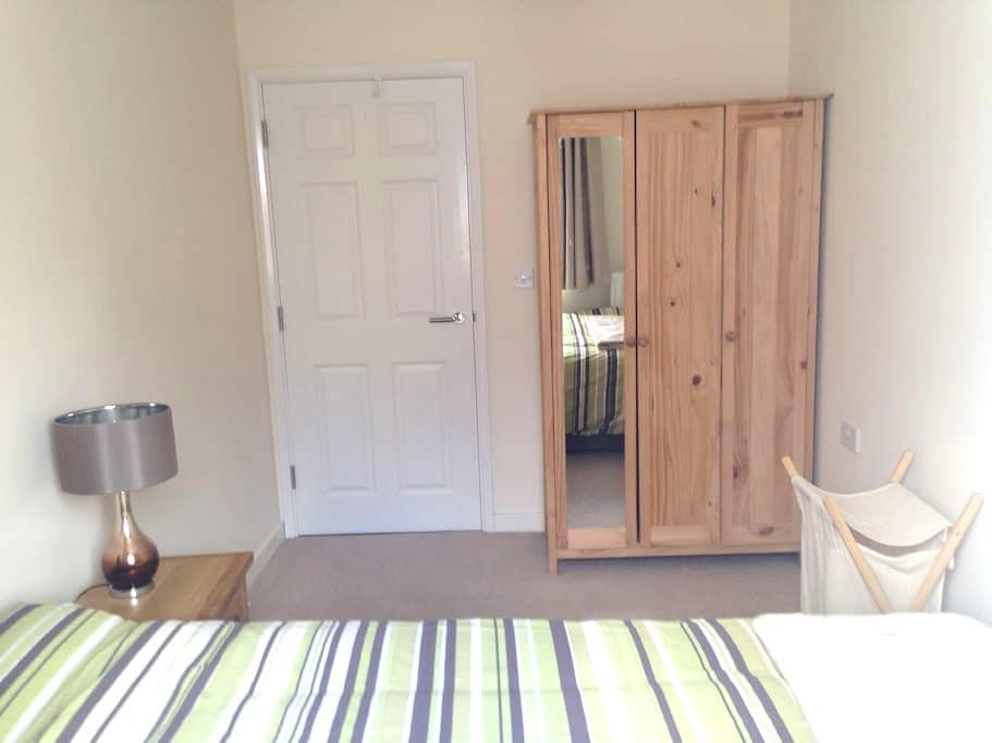 Bright Double Room near Windsor Racecourse & Town - Windsor and Maidenhead - Apartment