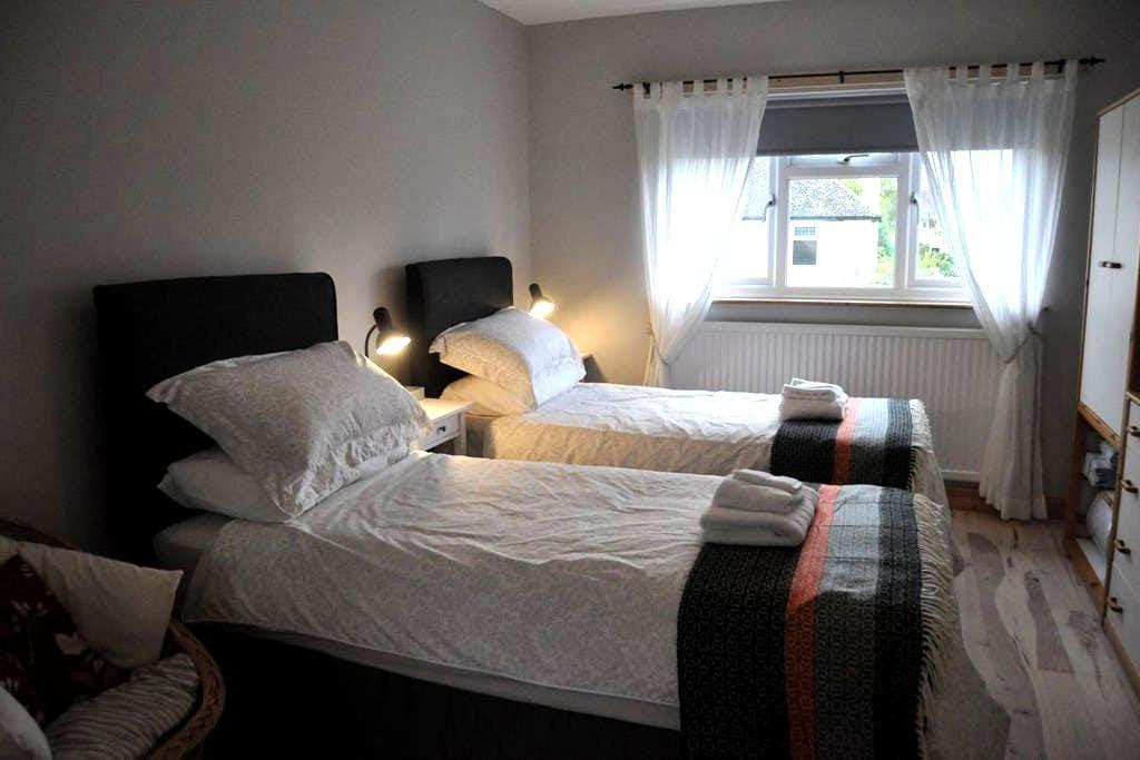 The Old Music Studio ensuite twin/double bedroom - Witney - Haus