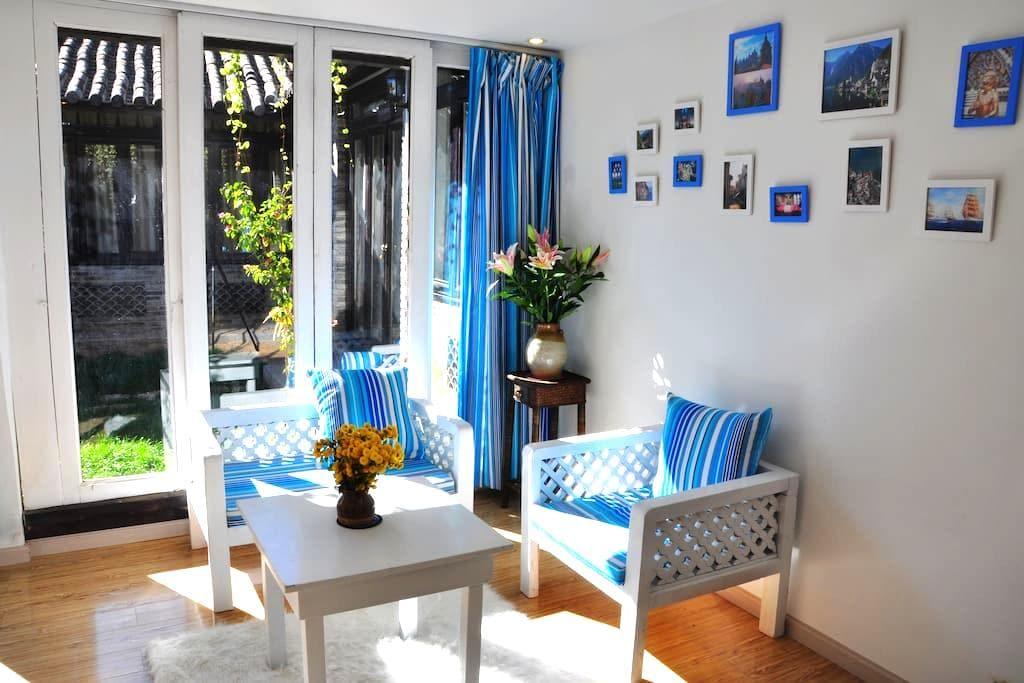 丽江古城涵蜜吉花信私人客栈地中海复式大床房 - Lijiang - Bed & Breakfast